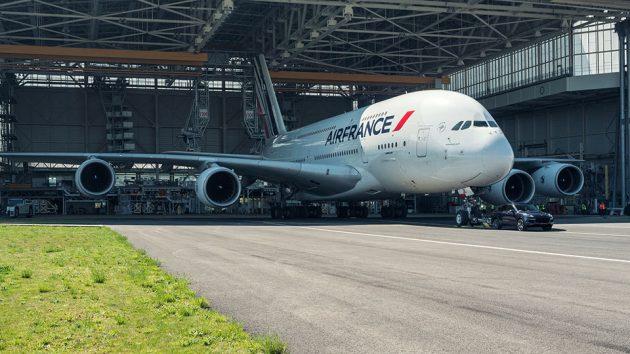 Porsche Cayenne S Diesel Tows a 285-tonne Airbus A380 Jetliner