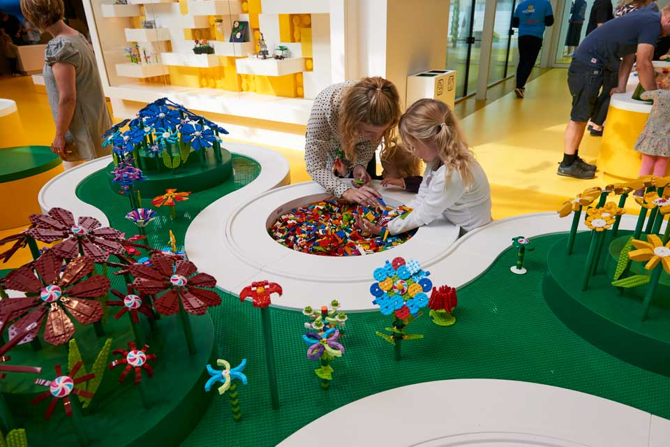 LEGO House: Yellow Zone – Flower Artist