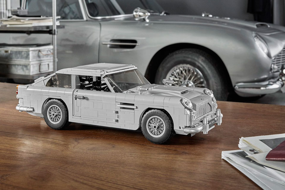 lego james bond aston martin db5 is loaded with gadgets. Black Bedroom Furniture Sets. Home Design Ideas