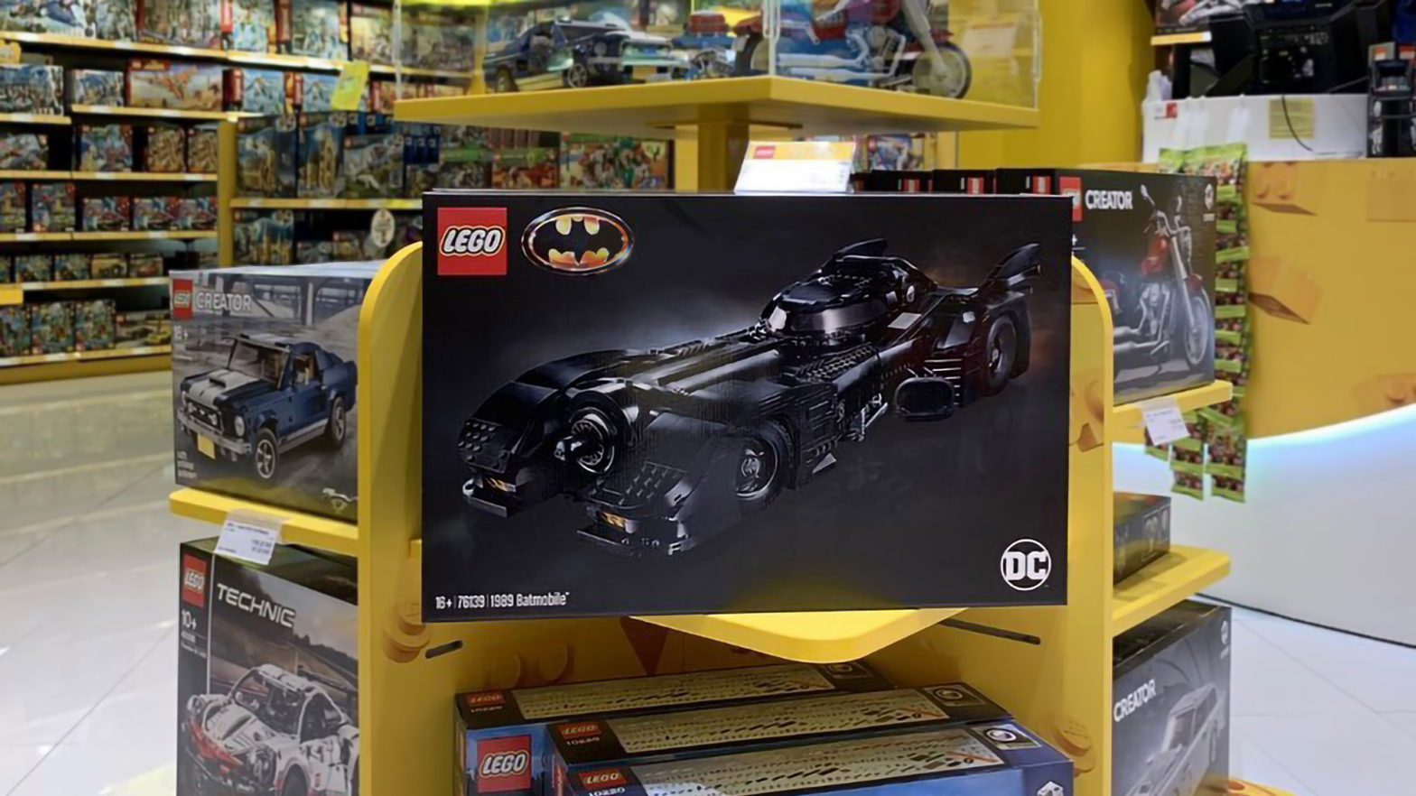 LEGO 76139 UCS 1989 Batmobile Billund Airport