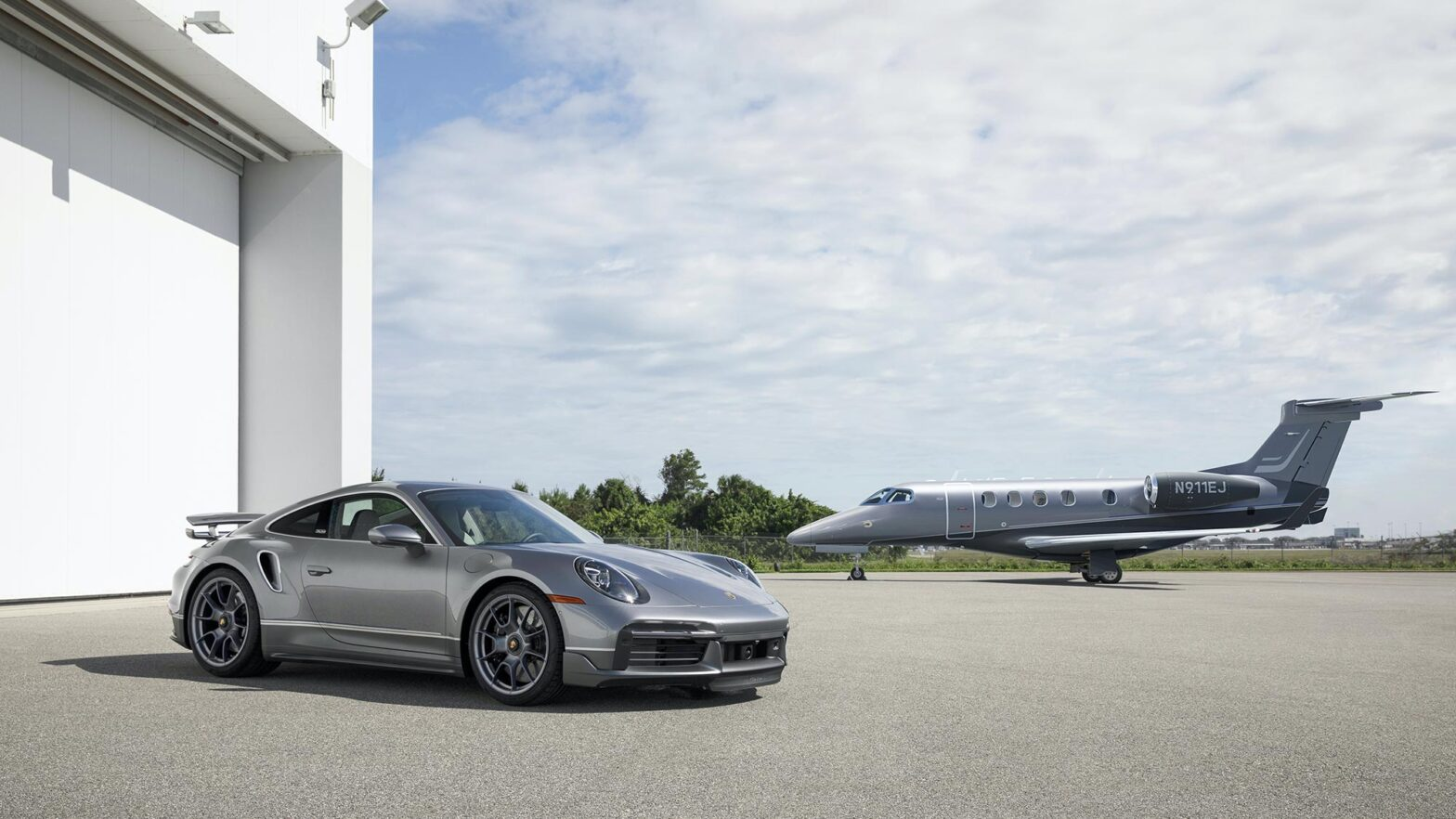 Embraer Phenom 300E + Porsche 911 Turbo S